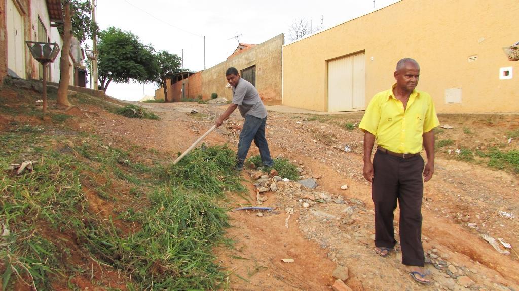 O líder comunitário Geraldo Eustáquio Ferreira fiscaliza os buracos bairro Alterosa em Montes Claros